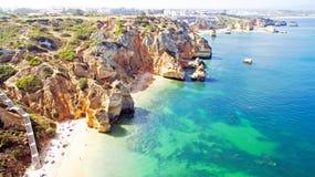 Antenne van natuurlijke rotsen dichtbij Lagos in Portugal Stock Foto's