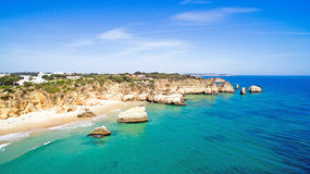 Antenne van natuurlijke rotsen in Praia Tres Irmaos Alvor Portugal Stock Fotografie
