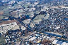 Antenne van plattelandsgebied met dorp en weg dichtbij Hamburg stock fotografie