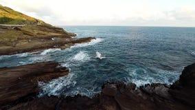 Antenne van rotsachtige kust en weg stock footage