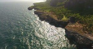 Antenne van rotsachtige kustlijn en mooie seawaves wordt geschoten die Helikoptermening van golven die tegen de rotsen bespatten  stock video