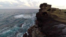 Antenne van rotsvorming en verpletterende golven stock footage