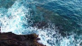 Antenne van rotsvorming en verpletterende golven stock videobeelden