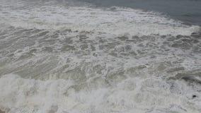 Antenne van ruwe oceaangolven wordt geschoten die tegen rotsen op strand in Portugal verpletteren dat stock videobeelden