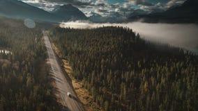 Antenne van rv-het drijven op icefieldsbrede rijweg met mooi aangelegd landschap in het oog van jaspisvogels stock videobeelden