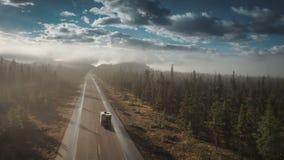 Antenne van rv-het drijven op icefieldsbrede rijweg met mooi aangelegd landschap in jaspis stock footage