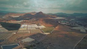 Antenne van serres en fruitboomgaarden wordt geschoten in Andalusia, Spanje dat stock footage