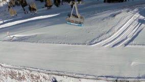 Antenne van Ski Tram Moving op Berg stock videobeelden