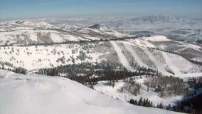 Antenne van skigebied wordt geschoten met sneeuw die stock footage