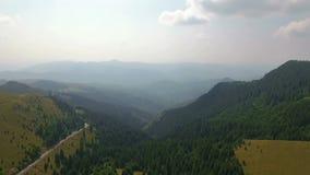 Antenne van smalle vallei en bergen 4 wordt geschoten die stock video