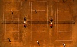 Antenne van tennisbanen met spelers wordt geschoten die royalty-vrije stock afbeelding