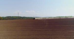 Antenne van tractor op oogstgebied die landbouwgebied ploegen stock videobeelden