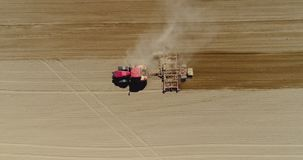 Antenne van tractor op oogstgebied die landbouwgebied ploegen stock footage