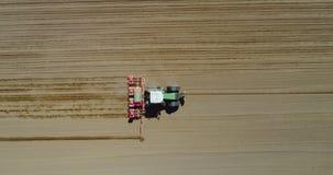 Antenne van tractor op oogstgebied die landbouwgebied ploegen stock video