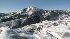 Antenne van van de skigebied en luxe huizen wordt geschoten dat stock footage