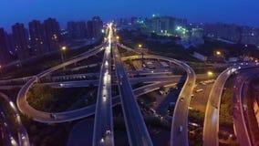 Antenne van Verkeer wordt geschoten die zich op Viaducten bij Nacht bewegen die stock video