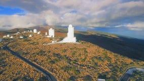 Antenne van waarnemingscentrum en berg wordt geschoten - de Kanarie die van Tenerife stock videobeelden
