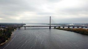 Antenne van Zuidelijke brug over Dnieper in Kiev wordt geschoten dat stock videobeelden