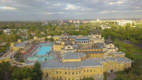 Antenne van zwembad Gellert spa en bad Boedapest, Hongarije wordt geschoten dat Lucht Mening stock video