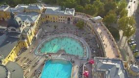 Antenne van zwembad Gellert spa en bad Boedapest, Hongarije wordt geschoten dat Lucht Mening stock videobeelden
