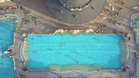 Antenne van zwembad Gellert spa en bad Boedapest, Hongarije wordt geschoten dat Lucht Mening stock footage