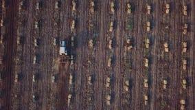 Antenne, verticaal - Tractor met voorploeg die een gebied ploegen stock footage