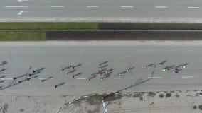 Antenne vieler Leute, die am Sport laufen, laufen Marathon auf den Straßen der Stadt stock video