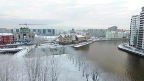 Antenne : Village de pêche couronné de neige banque de vidéos