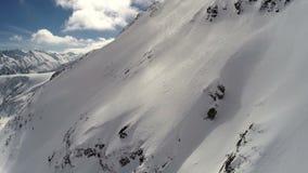 ANTENNE: Vlucht over berg met sneeuw wordt behandeld die stock video