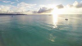 Antenne : Vol au-dessus de l'océan avec le coucher du soleil banque de vidéos