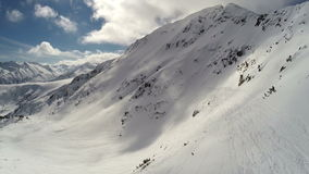ANTENNE : Vol au-dessus de la montagne couverte de neige banque de vidéos