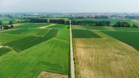 Antenne : volant au-dessus de la campagne, des personnes faisant un cycle le long de la piste cyclable par les champs cultivés et banque de vidéos
