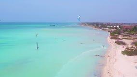 Antenne vom Kitesurfing am Fischer Huts auf Aruba-Insel stock footage