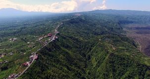 Antenne von Batur-Vulkan Fliegen entlang Straße auf großer Höhe Flug über der Schlucht stock video footage