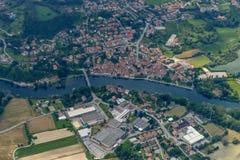 Antenne von Brivio-Dorf auf Adda-Fluss, Italien Stockbild