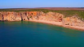 Antenne von den Felsen und Ozean nahe Sagres Portugal stock footage