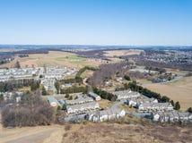 Antenne von Häusern und von Ackerland im roten Löwe, Pennsylvania in York C Lizenzfreie Stockfotos