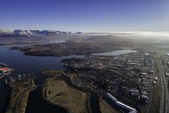 Antenne von Reykjavik-Vororten lizenzfreies stockbild