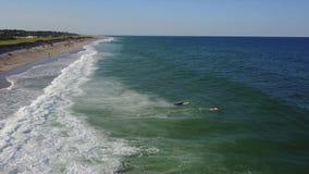 Antenne von Wellen und populärer Strand auf Cape Cod, MA stock video footage