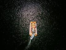 Antenne von zwei Booten im Wasser lizenzfreies stockfoto