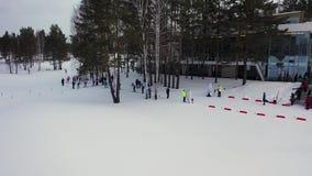 Antenne voor de groep skiërsatleten die dwarsland beginnen te skien, de concurrentieconcept lengte Jonge atleten stock videobeelden