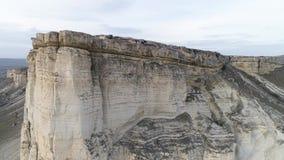 Antenne voor prachtig landschap van witte rots met steile helling en een vallei met groen gras schot Wit kalksteen met stock videobeelden