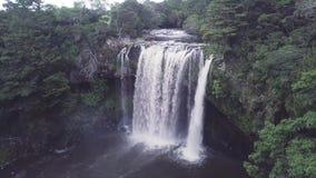 Antenne, Wasserfall ziehen 4k zurück stock footage