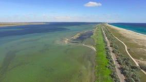 ANTENNE: Zout land tussen het overzees en de zoute meren stock video