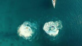 Antenne: Zwei Männer, die nahe dem Boot flyboarding sind stock video
