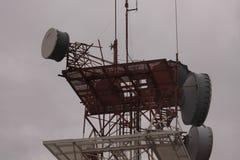 Antennen auf die Oberseite des Fernsehturms lizenzfreies stockbild