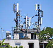 Antennen auf die Oberseite eines Gebäudes Stockbilder