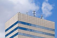 Antennen auf einer Dachspitze eines modernen Gebäudes. Stockfotografie