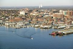 Antennen av den i stadens centrum Portland hamnen och Portland Maine med sikt av Maine Medical Center, den kommersiella gatan, ga Arkivbild