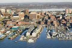 Antennen av den i stadens centrum Portland hamnen och Portland Maine med sikt av Maine Medical Center, den kommersiella gatan, ga Arkivfoton